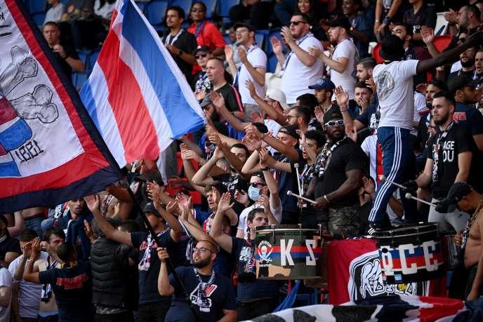 Vendredi 17 juillet, lors d'un match amical entre le PSG et le club belge de Waasland-Beveren, certains supporteurs parisiens n'ont pas respecté les gestes barrières.