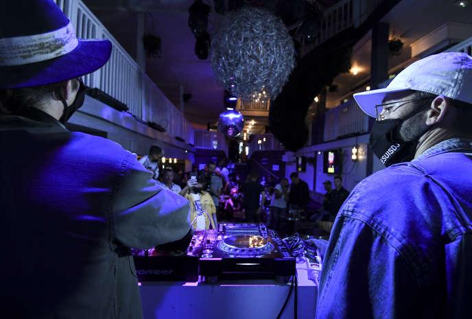 Des DJ portant un masque pour un événement au bar Balrock à Paris, le 1er juillet, pour protester contre la fermeture des établissements.