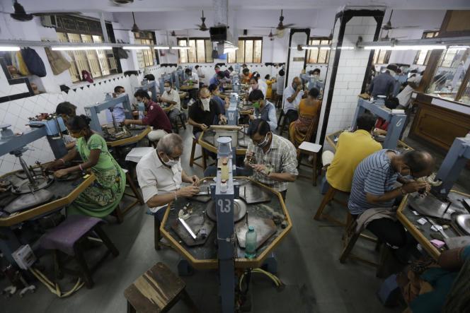 Dans une usine de transformation de diamants, àAhmedabad (Gujarat), dans le nord-ouest de l'Inde, le 4 juillet.