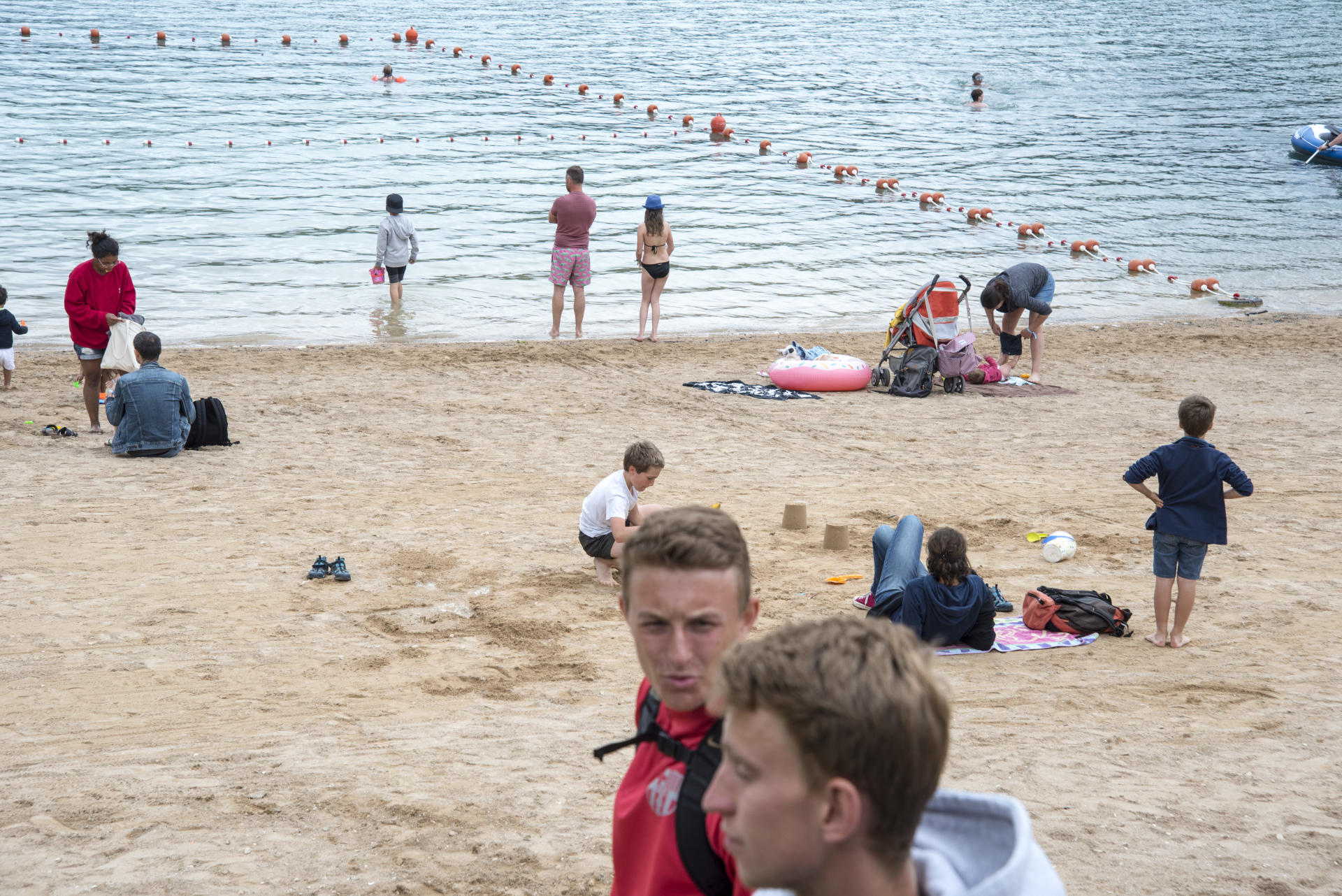 Sur la plage du lac de Chalain, dans le Jura, le 16 juillet.