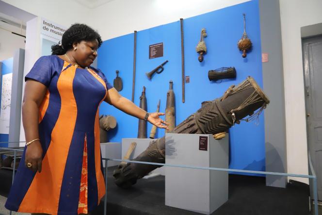 Silvie Memel Kassi, directrice du Musée des civilisations d'Abidjan, devant des instruments de musique traditionnels.