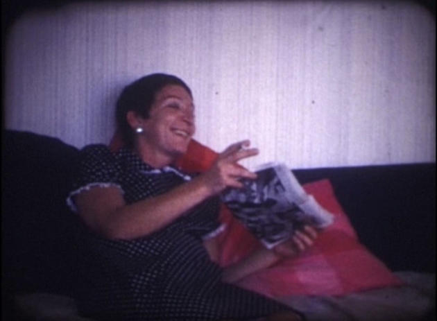 Gabrielle, chez elle, à la résidence Nord, à Marseille. Image extraite du film étiqueté «Immontrable», saisi lors d'une perquisition, en décembre 1968.