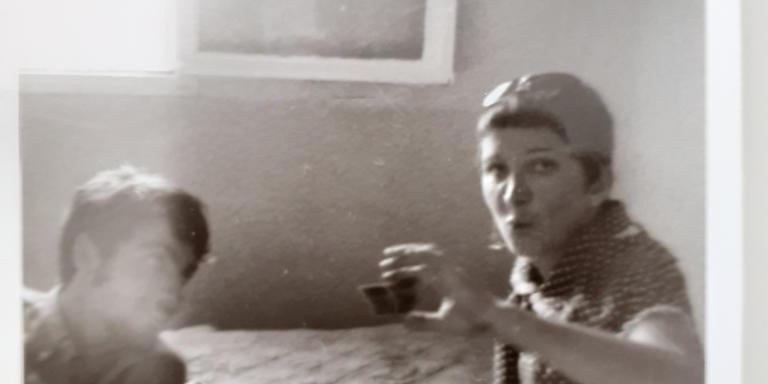 Gabrielle et Christian Rossi regardant une diapo à l'été 68 chez une élève.