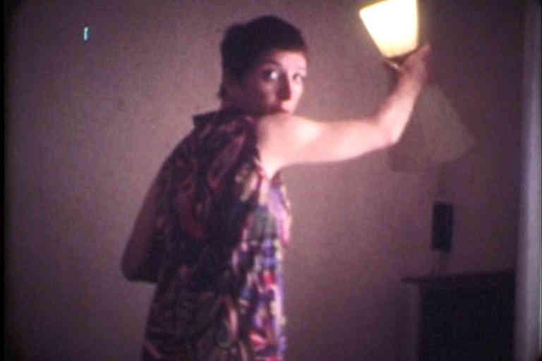 Gabrielle et la lampe. Chez Gabrielle à la résidence Nord; extrait du film étiqueté