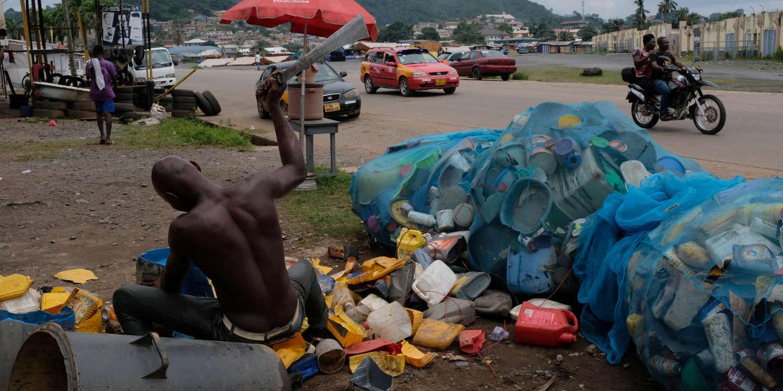 Le Ghana, entre addiction au plastique et innovations dans le recyclage