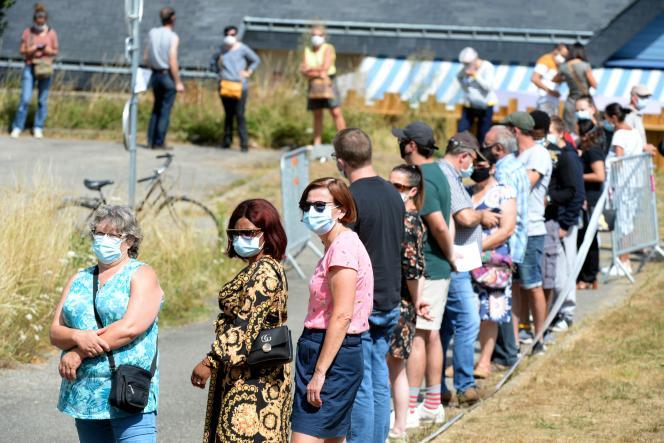 Le 17 juillet, des personnes font la queue pour réaliser un test, à Laval, en Mayenne, dans le cadre d'une campagne de dépistage massive.
