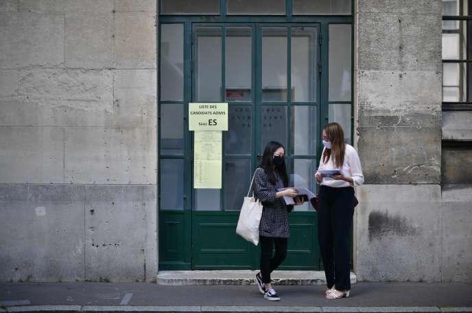Le jour de l'annonce des résultats du baccalauréat au lycée Jean-de-La-Fontaine à Paris, le 7 juillet.