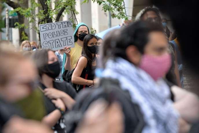 Mobilisation après l'arrestation de manifestants par des agents fédéraux sortis de véhicules banalisés, à Portland (Oregon), le 17 juillet.