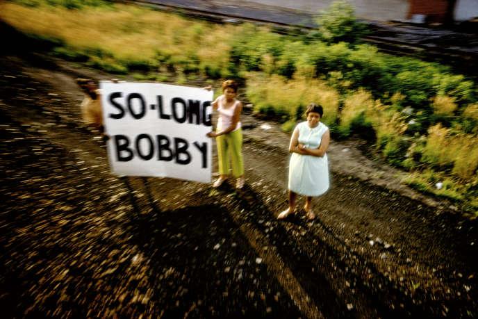 Le train funéraire de Robert Kennedy, le long d'une voie de chemin de fer, aux Etats-Unis, en 1968.