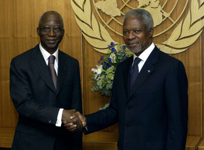 L'ex-premier ministre ivoirien Seydou Diarra (à gauche) et le secrétaire général de l'ONU, Kofi Annan, au siège des Nations unies, en 2004 à New York.