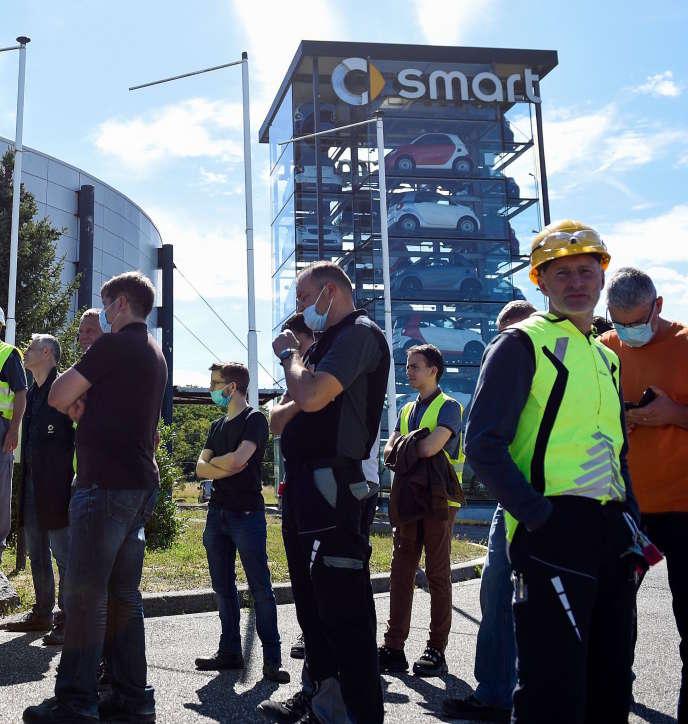 Des employés de l'usine Smart sur le site d'Hambach (Moselle), le 9 juillet.