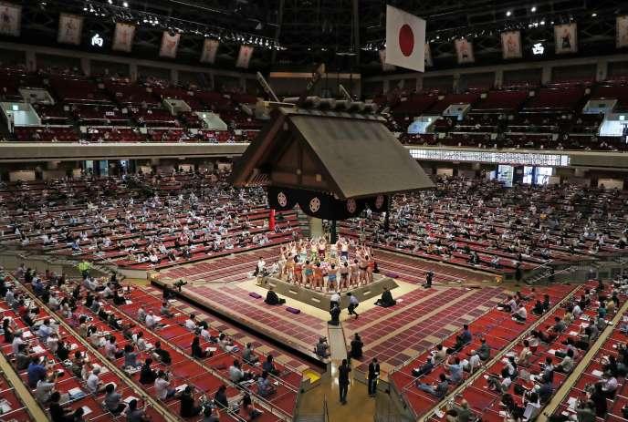 Tournoi de sumo au stade Kokugikan, à Tokyo, le 19 juillet.