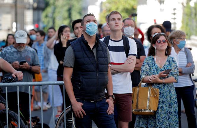 Des riverains devant l'incendie, le 18 juillet à Nantes.