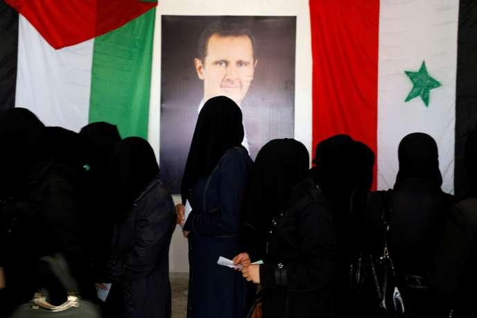 Dans un bureau de vote de Douma, en banlieue de Damas, le 19 juillet.