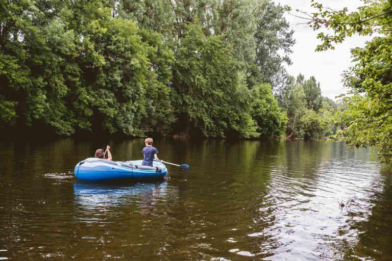 Le camping possede un acces direct a la riviere Vezere. Les residents peuvent y naviguer n'ont que quelques metres a faire pour se jeter a l'eau.
