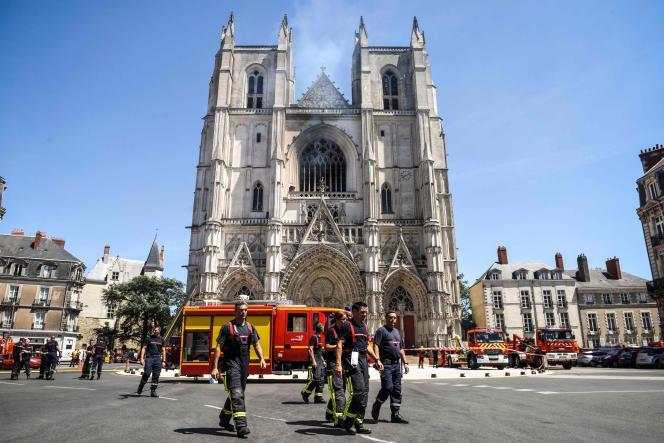 Des pompiers devant la cathédrale sinistrée, le 18 juillet à Nantes.