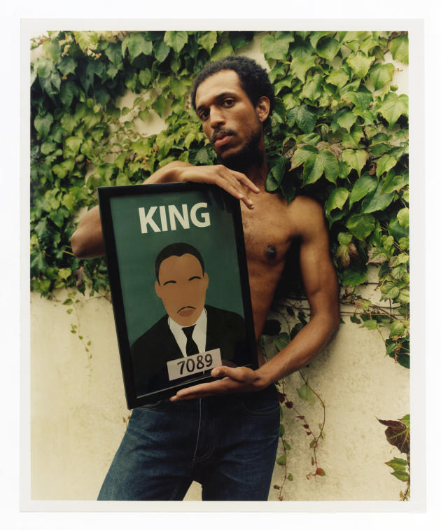 Daniel Edmund, militant antiraciste, porte le portrait de Martin Luther King réalisé par Matt Dawson, début juillet, à Bristol.