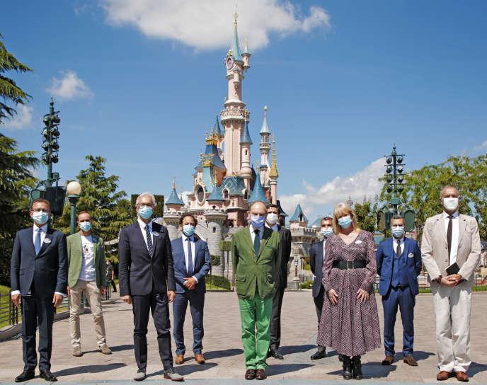 Le préfet de Seine-et-Marne Thierry Coudert (en vert) lors de la visite de Disneyland Paris, le 9 juillet.