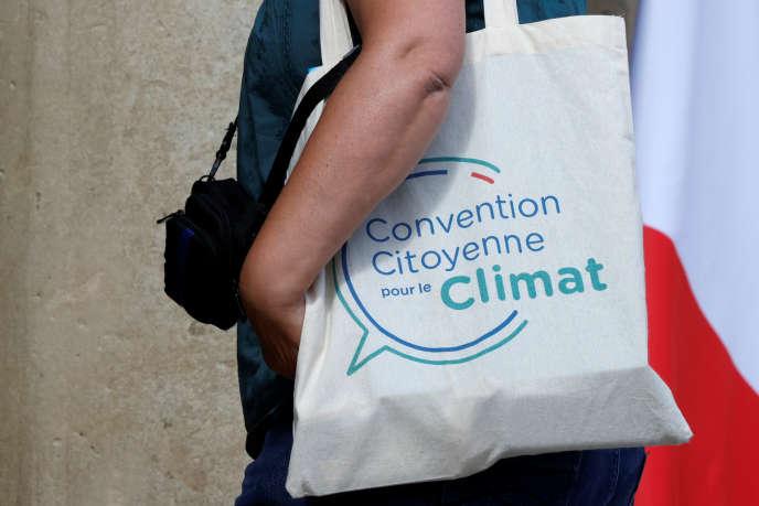 Un membre de la convention citoyenne pour le climat arrive à l'Elysée, le 29 juin.