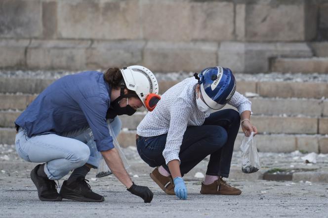 Des pompiers ramassent des débris devant la cathédrale de Nantes, le 19 juillet.