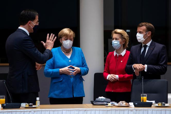 De gauche à droite : le premier ministre néerlandais, Mark Rutte, la chancelière allemande, Angela Merkel, la présidente de la Commission européenne, Ursula von der Leyen et le président français Emmanuel Macron, lors du sommet européen, à Bruxelles, le 18 juillet.