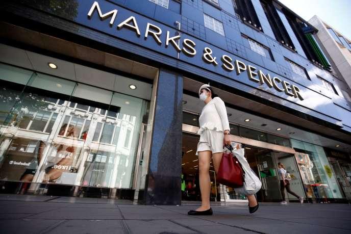 Une femme passe devant un magasin Marks & Spencer à Londres le 20 juillet 2020.
