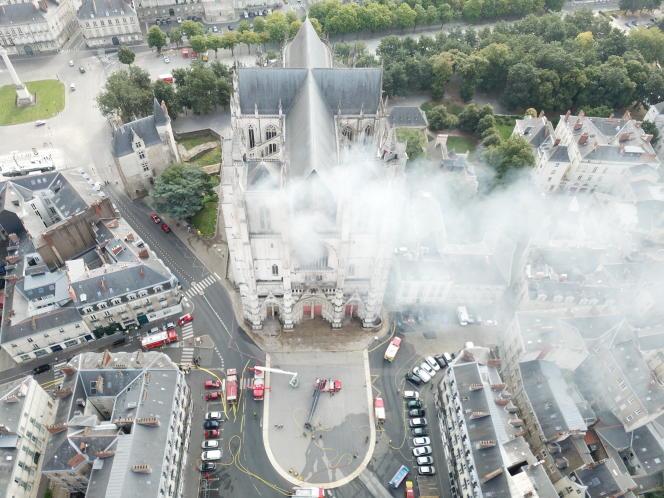 Les pompiers à l'œuvredevant la cathédrale de Nantes le 18 juillet, au lendemain de l'incendie.