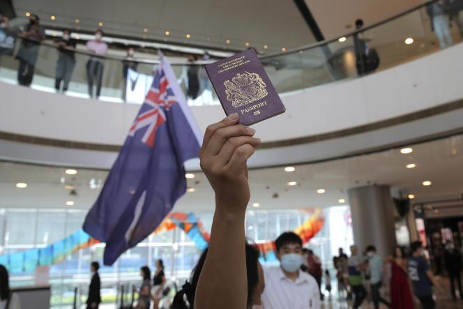 Un manifestant brandit un passeport britannique durant une manifestation à Hongkong le 29 mai.