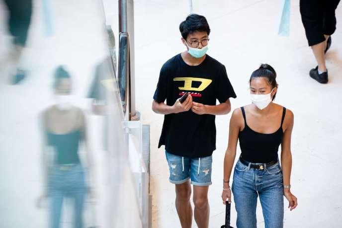 Le port du masque a été rendu obligatoire dans les lieux publics fermés de nombreux pays, dont la France (ici au centre commercial Les Terrasses du port, à Marseille, le 20juillet).