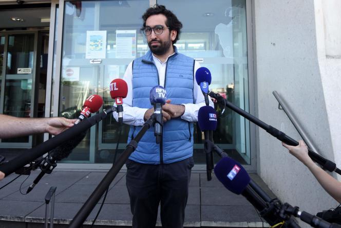 Quentin Chabert, l'avocat de l'homme placé en garde à vue, répond aux questions des journalistes devant le commissariat de Nantes, le 19 juillet.