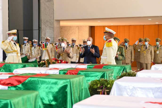 Le président algérien, Abdelmadjid Tebboune, le 5 juillet 2020, au cimetière d'El-Alia, dans la banlieue d'Alger, lors de la cérémonie de retour en Algérie des 24 crânes de résistants à la colonisation française au début du XIXe siècle rendus par la France.