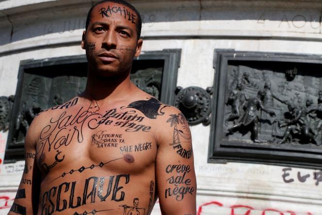 Un homme, couvert de faux tatouages d'insultes racistes, lors d'une manifestation, sur laplace de la République, à Paris, le 24 avril 2017.