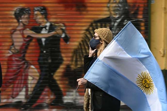 A Buenos Aires, le 9 juillet, une femme manifeste contre la politique de santé du présidentAlberto Fernandez.