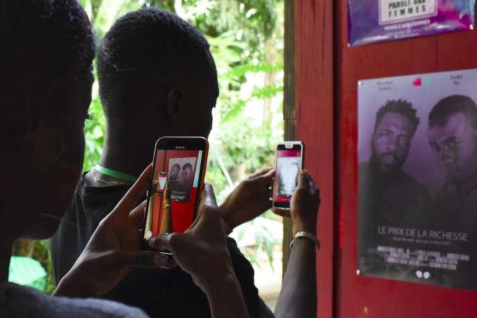 A Abidjan, durant la deuxième édition du Bushman Film Festival, en mars 2019, qui met à l'honneur la production ouest-africaine de films réalisés au smartphone.