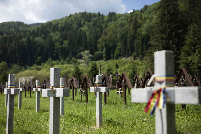En juin 2019, Constantin Toma, le maire roumain de Darmanesti, a planté une soixantaine de tombes de guerre pour des soldats roumains non identifiés (photo), dans un cimetière hongrois de la vallée d'Uzului. Cet acte de provocation a entraîné un affrontement entre les Sicules (une minorité ethnique hongroise) de la région de Harghita et des membres de l'extrême droite roumaine de la région voisine de Bacau.  À la fin de la Première Guerre mondiale, le traité de Trianon, signé le 4 juin 1920, a officialisé la dislocation de la Hongrie. En conséquence, 3,3 millions de Hongrois (plus de 30 % de la population) sont passés sous domination étrangère. Aujourd'hui, 100 ans plus tard, de nombreux membres des populations d'origine hongroise de Roumanie (1,2 million), de Slovaquie, de Serbie (300 000) et d'Ukraine (160 000) se considèrent toujours comme des Hongrois. Ils parlent le hongrois et, souvent, ne parlent pas bien leur langue nationale. Ils envoient leurs enfants dans des écoles de langue hongroise et, pour ceux qui ont reçu un passeport hongrois accordé en 2010 par le gouvernement nationaliste de Hongrie, votent aux élections hongroises - avec une majorité écrasante pour Victor Orban.   Photo © Ed Alcock / M.Y.O.P. 24/6/2020 - 4/7/2020  In June 2019, Constantin Toma, the Romanian mayor of Darmanesti, planted about 60 war graves for unidentified Romanian soldiers (photo) in a Hungarian cemetery in the Uzului Valley. This provocative act led to a clash between the Siculi (an ethnic Hungarian minority) from the Harghita region and members of the Romanian extreme right in the neighbouring Bacau region.  At the end of the First World War, the Treaty of Trianon, signed on June 4, 1920, formalized the dislocation of Hungary. As a result, 3.3 million Hungarians (more than 30% of the population) came under foreign domination. Today, 100 years later, many members of the ethnic Hungarian populations of Romania (1.2 million), Slovakia, Serbia (300,000) and Ukraine (160,000) stil