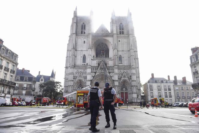 Sur le parvis de la cathédrale, à Nantes, le 18juillet.