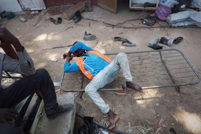 A Tripoli, le 18 juillet 2017, un Nigérien après sa journée de travail dans un centre de tri de déchets.
