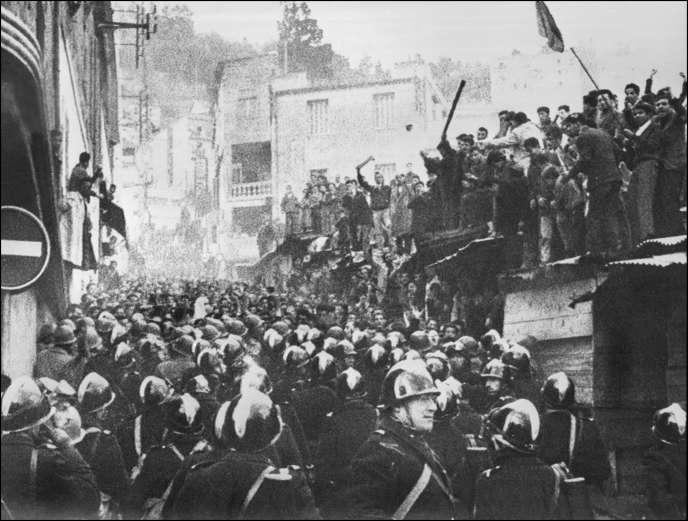 Des Algériens manifestent à Alger, rue Albin-Rozet, dans le quartier de Belcourt, le 11 décembre 1960, aux cris de «Yahia de Gaulle», «Algérie algérienne» et «vive le FLN» en réponse à une manifestation d'Européens opposés à la politique algérienne du général de Gaulle.