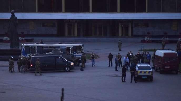 En raison d'une prise d'otage, un véhicule blindé et des policiers lourdement armés sont déployés à proximité du bus,dans la ville de Loutsk, en Ukraine, le 21 juillet.