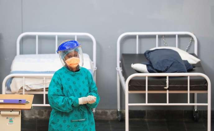 Un agent de santé dans un hôpital de campagne temporaire mis en place par Médecins sans frontières (MSF) pour contrer l'épidémie de coronavirus dans le township de Khayelitsha près du Cap, en Afrique du Sud, le 21 juillet 2020.