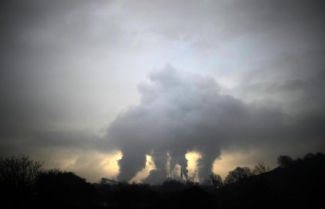 De la fumée s'échappe d'une usine à papier, le 19 février 2014, àDurango (Espagne).