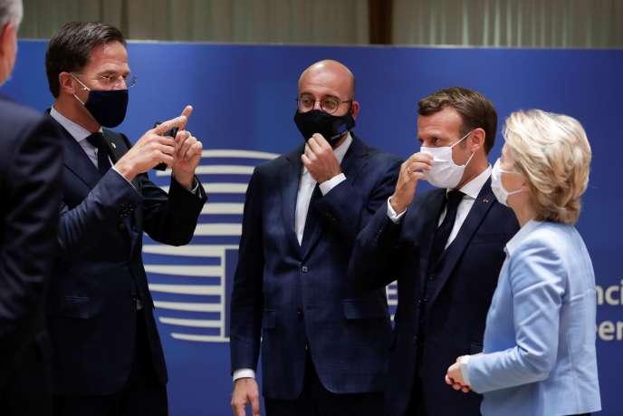 Mark Rutte, Charles Michel, Emmanuel Macron et Ursula von der Leyen, à la fin du sommet, le 21 juillet à Bruxelles.