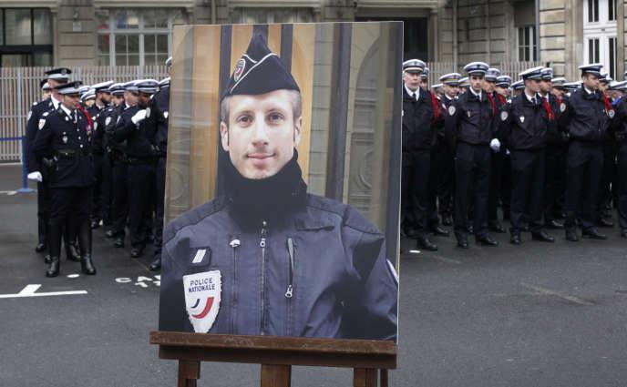 Le portrait de Xavier Jugelé, affiché lors de l'hommageofficiel rendu le 25avril2017 à la Préfecture de police de Paris.