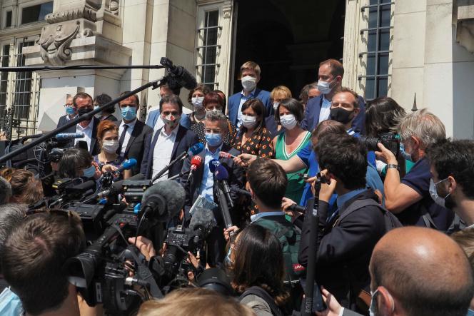 Le rassemblement des maires, devant la mairie de Tours, mardi 21 juillet.
