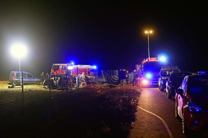 Secouristes et pompiers, sur le lieu de l'accident, près d'Albon sur l'A7, le 20 juillet.