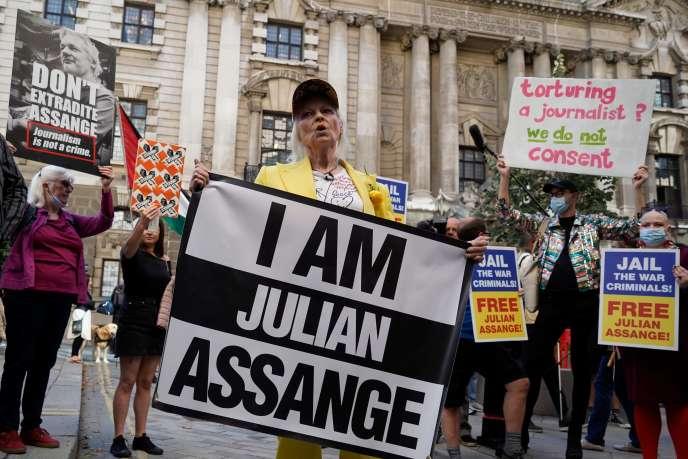 La créatrice Vivienne Westwood, le 21juillet, lors d'une performance en soutien à Julian Assange devant le tribunal de Londres.