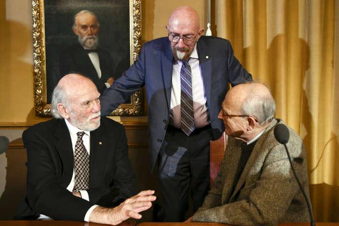 Les Prix Nobel de physique 2017 Barry Barish, Kip Thorne et Rainer Weiss, à Stockholm, en décembre 2017.