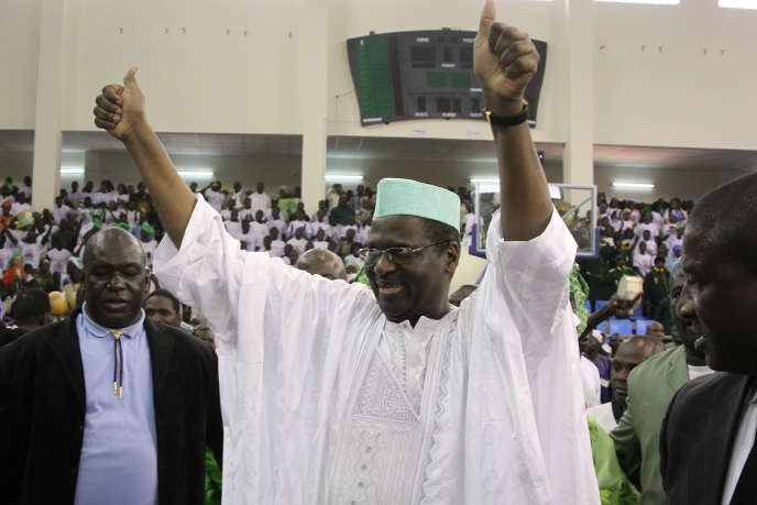 L'avocat et homme politique Mountaga Tall fête sa désignation comme candidat à l'élection présidentielle par son parti, le 15 janvier 2012.