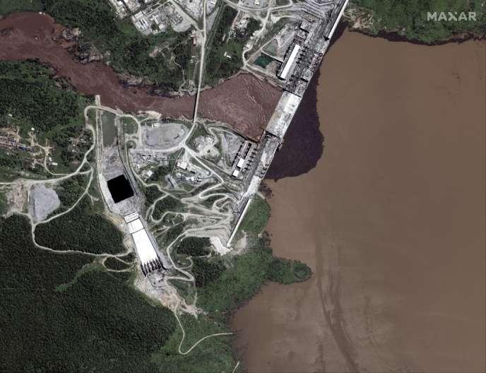 Photographie aérienne prise le 21 juillet 2020 qui montre la mise en eau du Grand Barrage de la renaissance, ouvrage en cours de finalisation par l'Ethiopiesur le Nil.