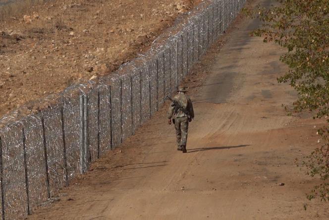 Début juillet 2020 près du poste frontière de Beitbridge, à 500 km au nord de Johannesburg, une partie des 40 km de clôture de barbélés acérés montée l'année même à la frontière entre le Zimbabwe et l'Afrique du Sud.